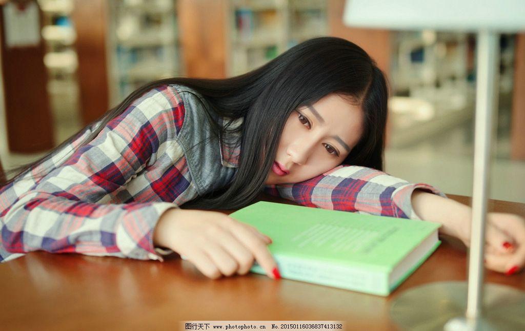 图书馆女孩图片