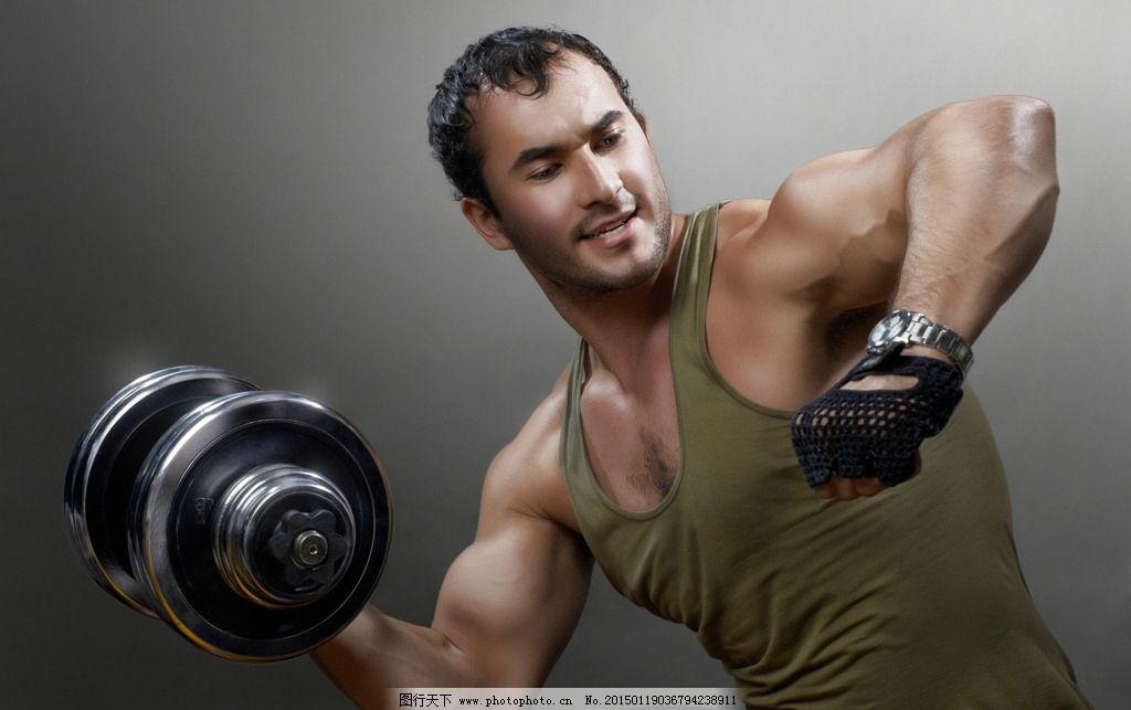 哑铃健身男人图片