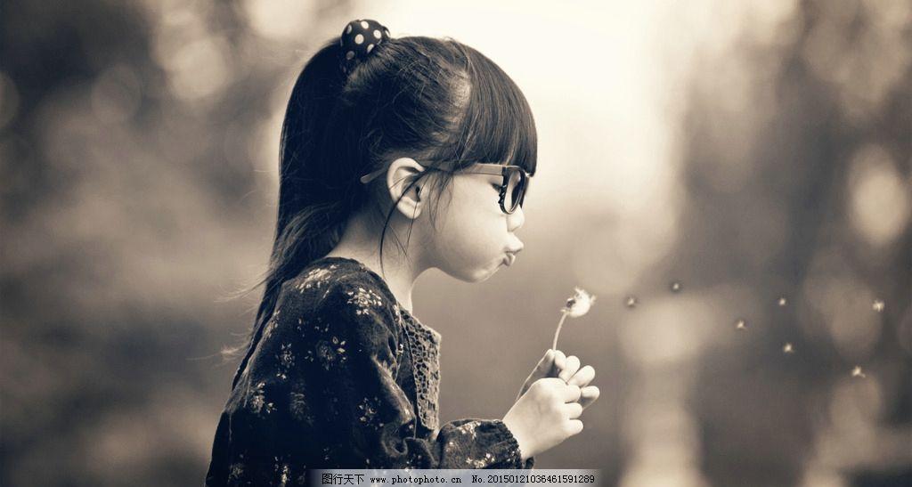 吹蒲公英的小女孩图片