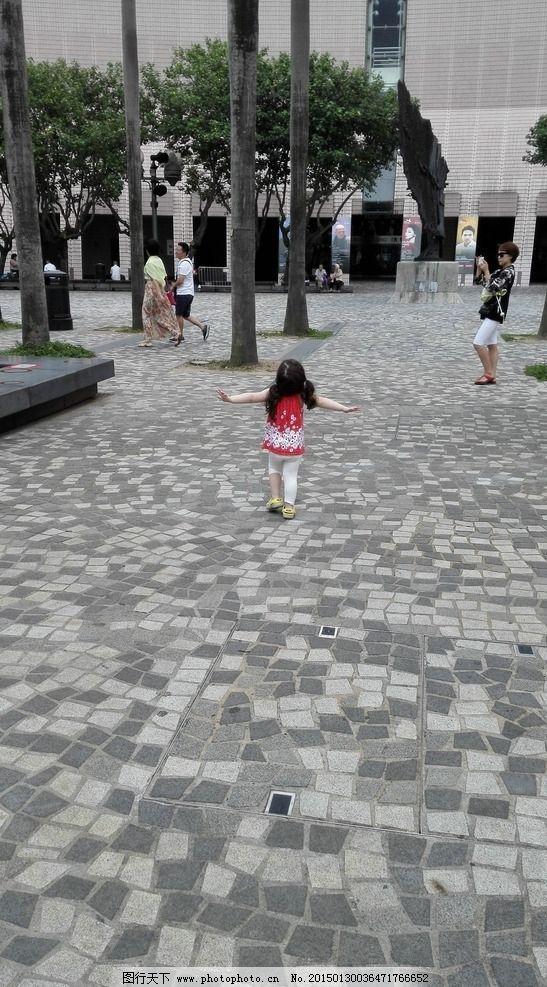 小孩欢乐的背影图片