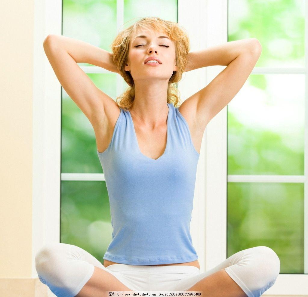 清新瑜伽美女图片